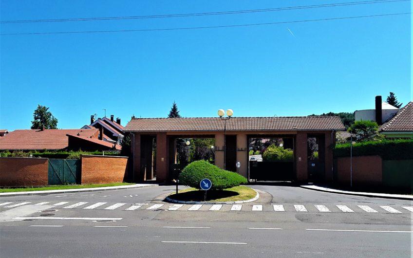 Chalet individual sobre  parcela 1148 m2 en urbanización El Montico.