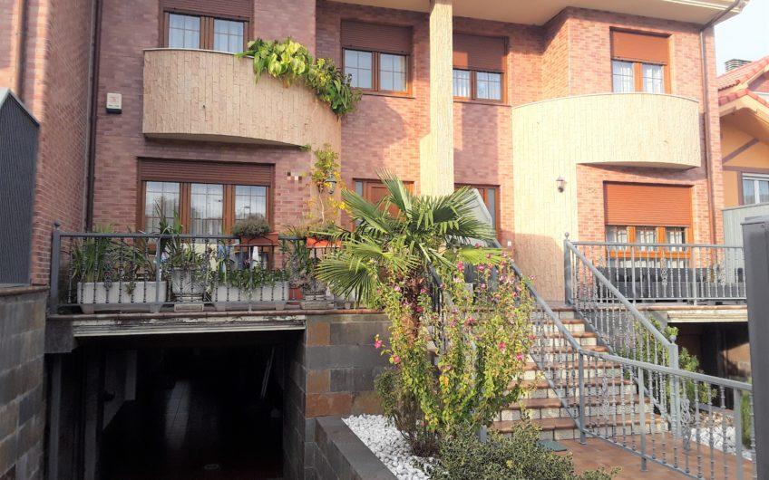 Excelente vivienda unifamiliar adosada en San Andrés del Rabanedo con ascensor.