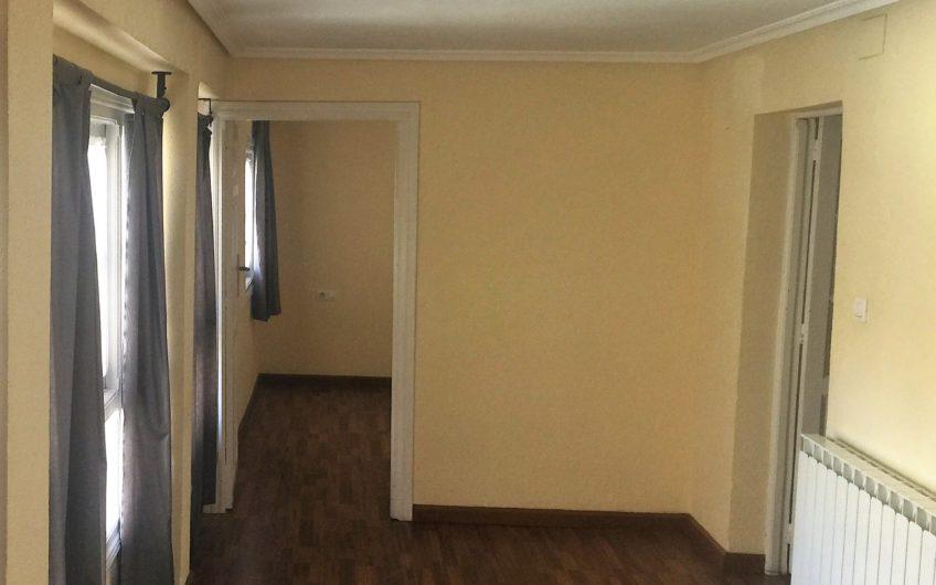 Se alquila apartamento sin muebles en el centro de León