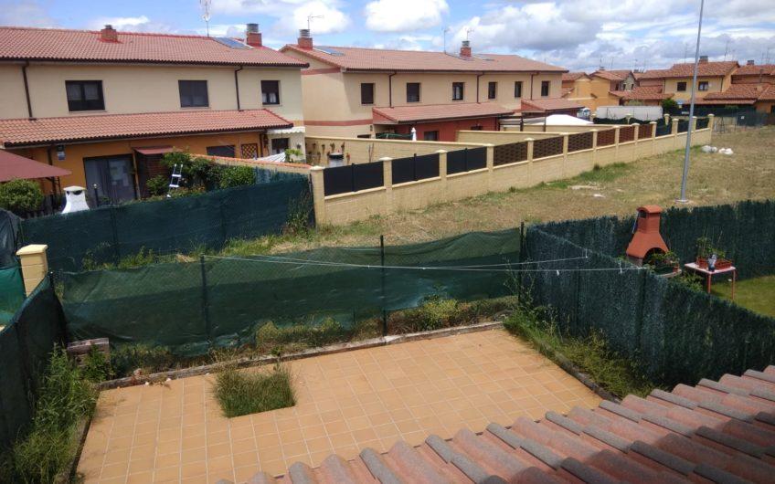 Chalet adosado con amplia parcela a 15 Km de León : 99.000 €
