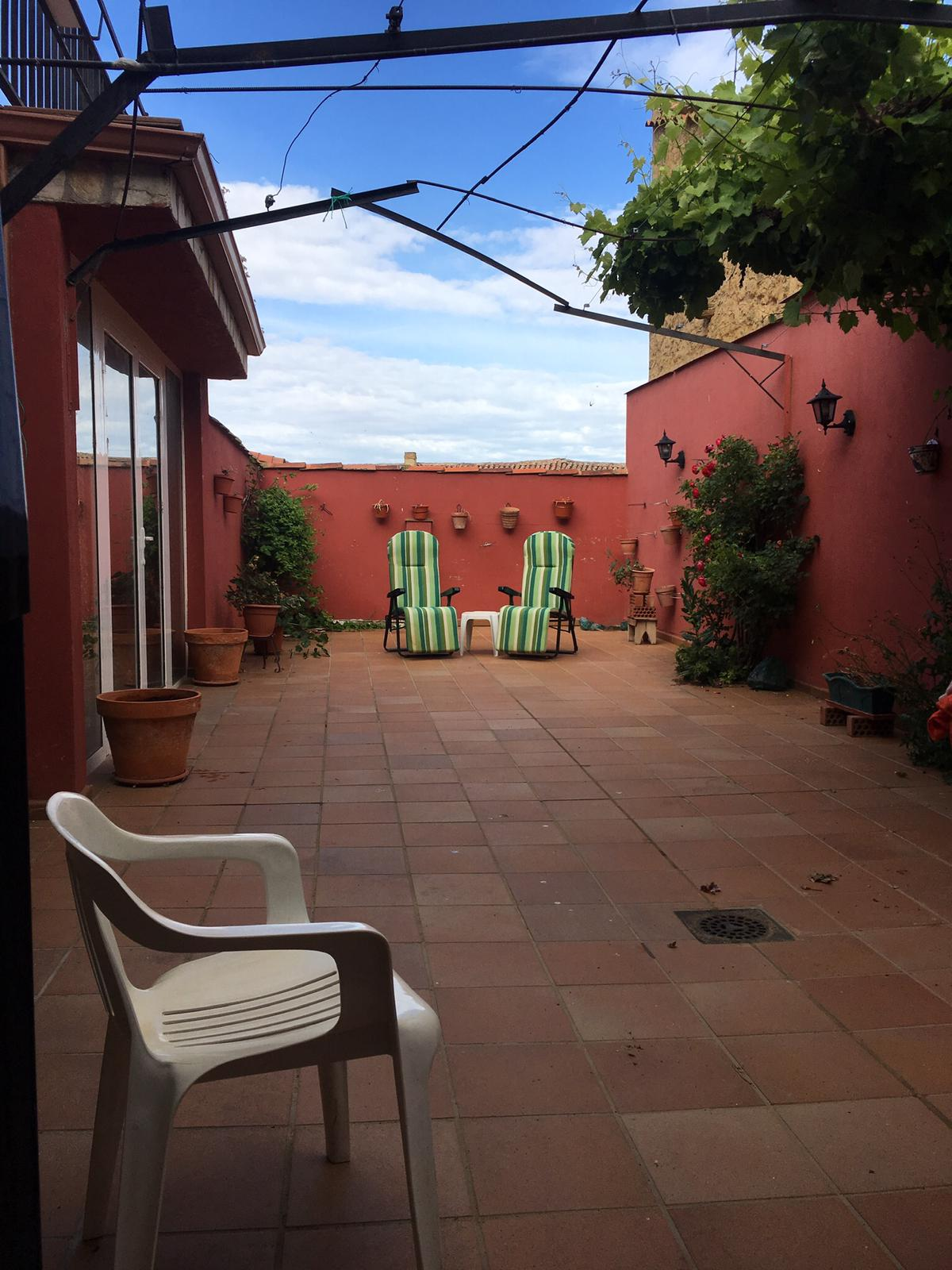 Casa  para entrar,con patio,  a 38 Km de León