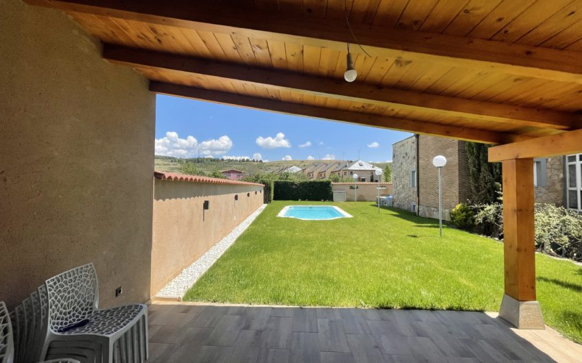 Chalet Individual con 1500 m2 de parcela y piscina privada en Carbajal de la Legua
