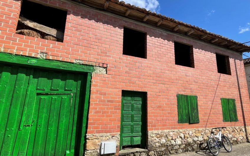Casa de dos plantas con terreno para reformar integralmente